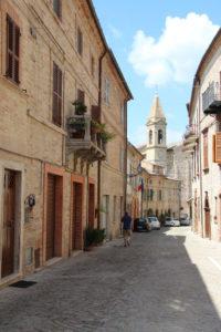 Hoofdstraat met de kerk en het gemeentehuis | Vakantiewoning Casa Cipresse