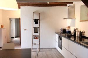 Keuken met doorgang naar slaapkamer | Vakantiewoning Casa Cipresse