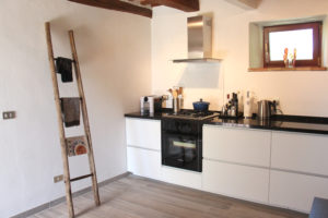 Keuken met openslaande deuren naar terras | Vakantiewoning Casa Cipresse