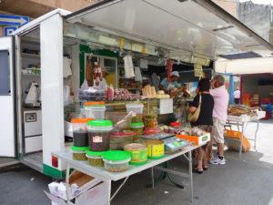 Olijven, ansjovis, stokvis op de markt in Grottamare | Vakantiewoning Casa Cipresse