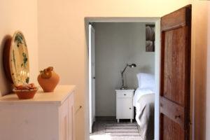 Doorkijkje naar slaapkamer |  Vakantiewoning Casa Cipresse