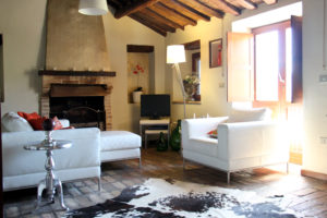 Woonkamer met openslaande deuren | Vakantiewoning Casa Cipresse